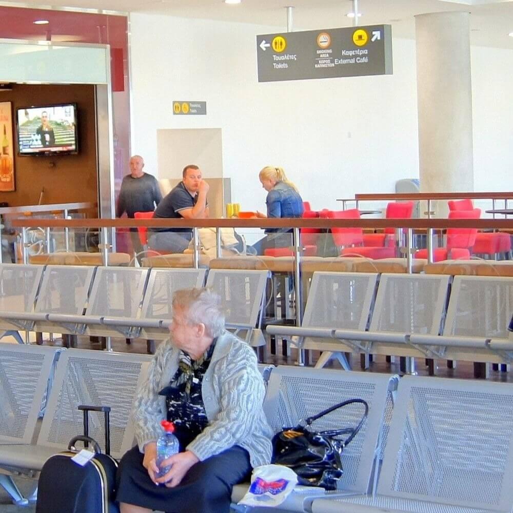 В аэропорту Пафоса задержали женщину с двойными документами