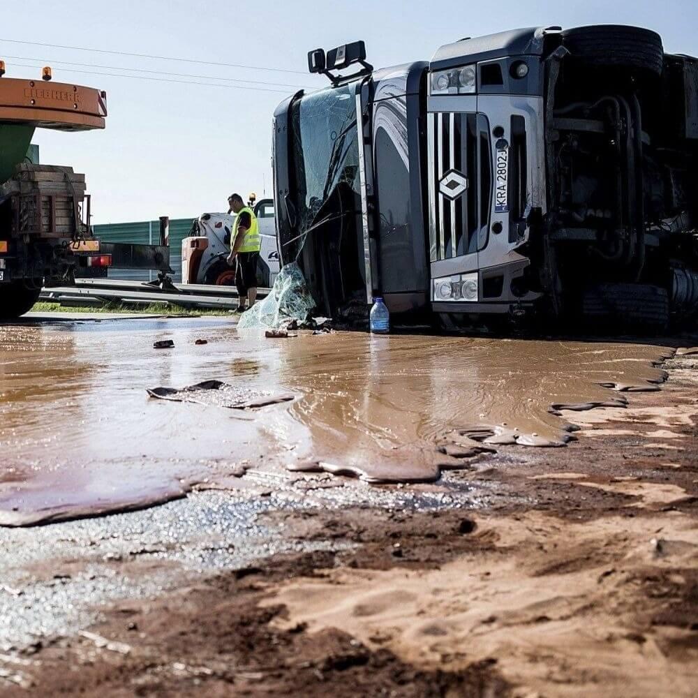 Сладкая река: перевернутая цистерна с шоколадом заблокировала движение по трассе