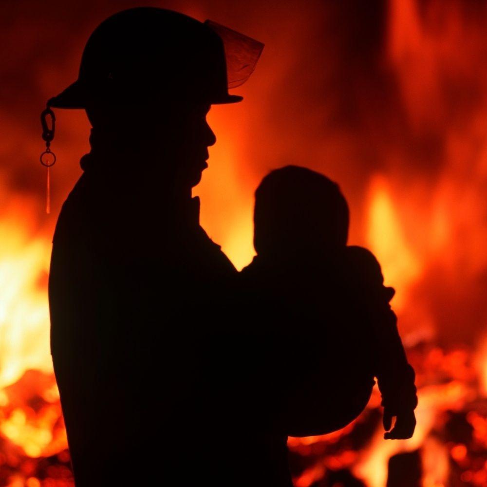 Родители 3-летнего малыша, который в их отсутствие устроил пожар в доме, предстанут перед судом